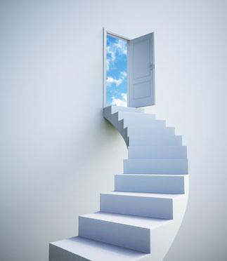 escalier tournant vers une porte ouverte sur le ciel