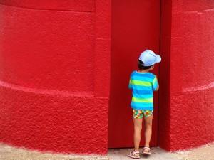 enfant et une porte