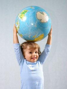 petite fille avec un globe terrestre